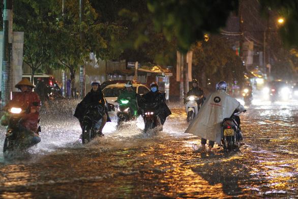 TP.HCM mưa lớn, người dân lội biển nước mênh mông về nhà - Ảnh 3.