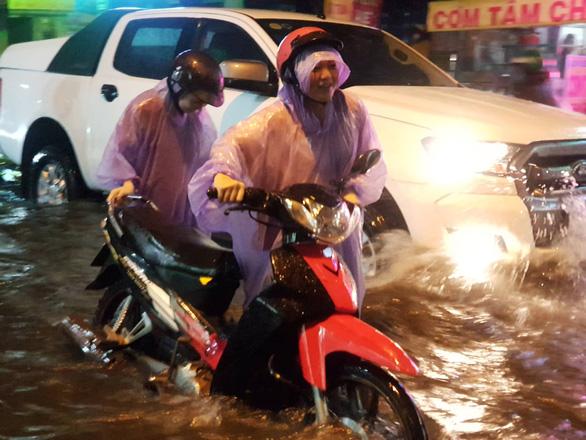 TP.HCM mưa lớn, người dân lội biển nước mênh mông về nhà - Ảnh 4.