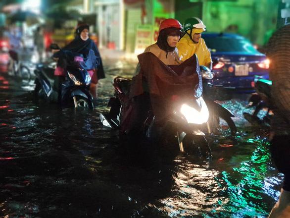 TP.HCM mưa lớn, người dân lội biển nước mênh mông về nhà - Ảnh 8.
