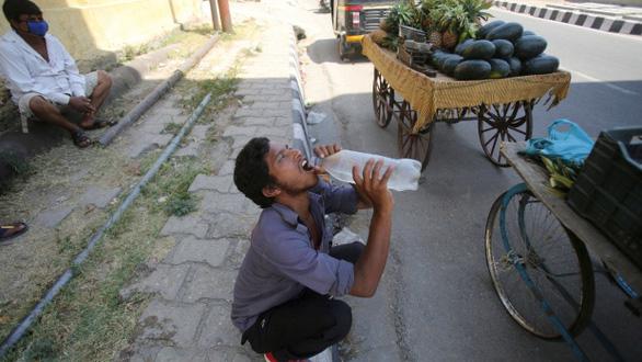 Ấn Độ như thiêu đốt trong nắng nóng 50 độ C - Ảnh 2.