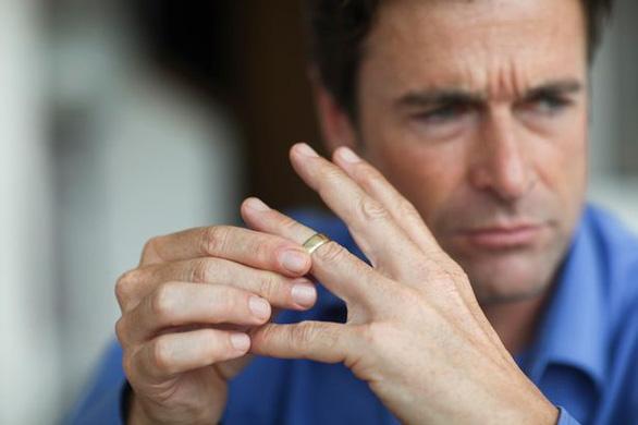 Đàn ông có ngón đeo nhẫn ngắn nguy cơ tử vong vì corona cao? - Ảnh 1.