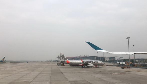 Một trong hai đường băng sân bay Tân Sơn Nhất sẽ dừng hoạt động để sửa trong 6 tháng - Ảnh 1.