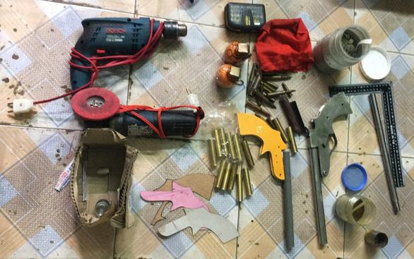 Trốn truy nã còn chế tạo súng bỏ giỏ xách mang theo bên người - Ảnh 1.