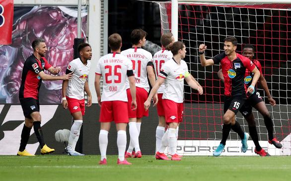 Đánh rơi chiến thắng trước Hertha Berlin, RB Leipzig cạn hi vọng vô địch - Ảnh 1.