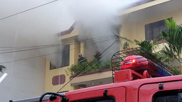 Cháy xưởng sản xuất giày ở TP.HCM - Ảnh 1.