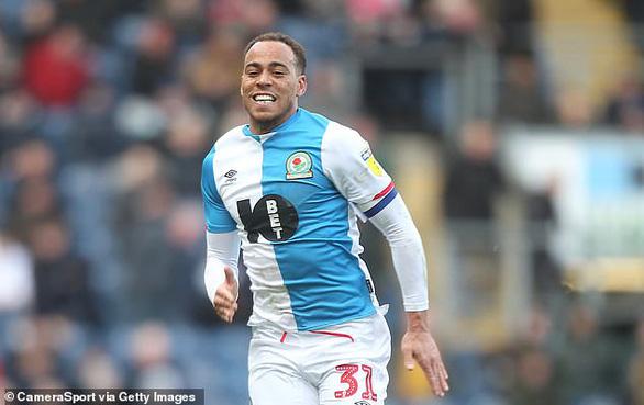 Đội trưởng của Blackburn và 2 cầu thủ Fulham dương tính với COVID-19 - Ảnh 1.