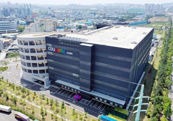 Ca nhiễm COVID-19 cộng đồng tăng vọt, Hàn Quốc cân nhắc biện pháp mạnh - Ảnh 1.
