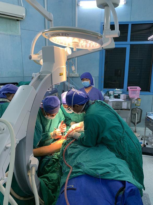 Suốt 5 giờ phẫu thuật cho một học sinh trong vụ cây đổ - Ảnh 1.