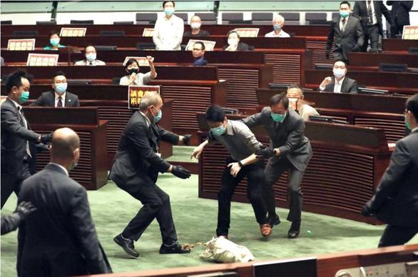 Nghị sĩ Hong Kong ném rau củ thối khi tranh luận về dự luật quốc ca Trung Quốc - Ảnh 1.