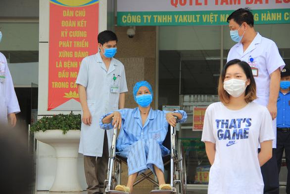 Nhân viên y tế làm việc thêm gần 4 giờ mỗi ngày trong dịch COVID-19 - Ảnh 1.
