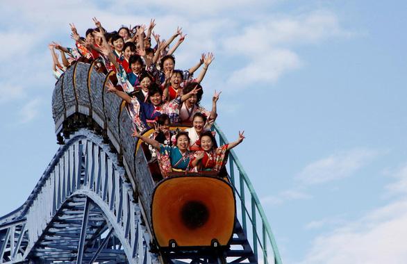 Khi công viên giải trí trở lại, chơi tàu lượn siêu tốc không được… la hét - Ảnh 1.