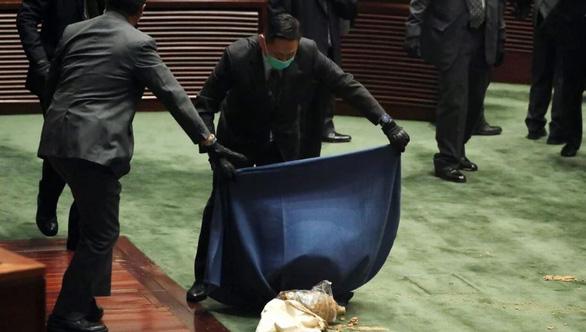 Nghị sĩ Hong Kong ném rau củ thối khi tranh luận về dự luật quốc ca Trung Quốc - Ảnh 2.