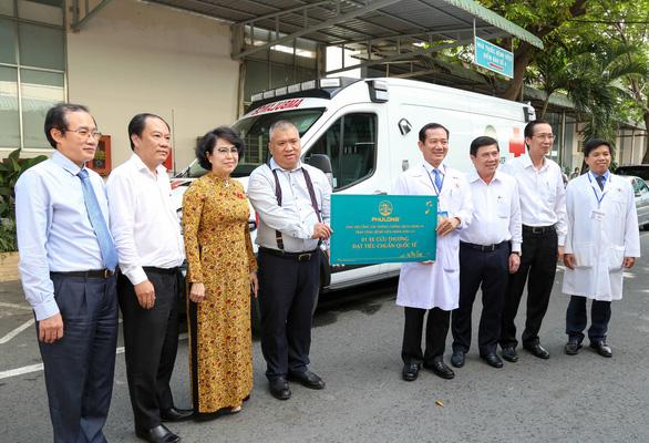 Trao xe cứu thương và buồng cách ly áp lực âm cho Bệnh viện Nhân dân 115 - Ảnh 1.