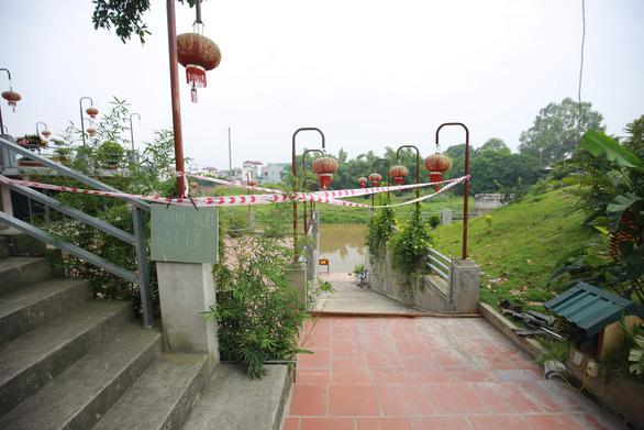 Hàng loạt bờ sông ở Hà Nội sạt lở, một ngôi đền có nguy cơ bị nuốt chửng - Ảnh 2.