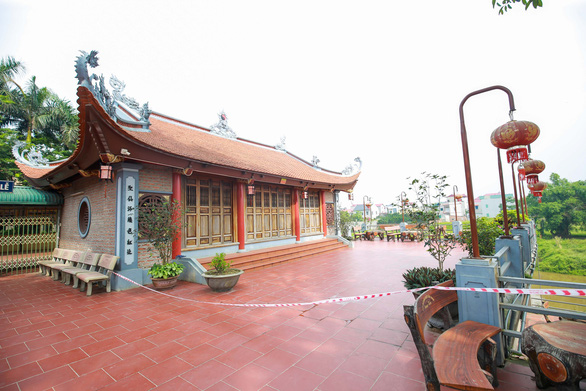 Hàng loạt bờ sông ở Hà Nội sạt lở, một ngôi đền có nguy cơ bị nuốt chửng - Ảnh 1.