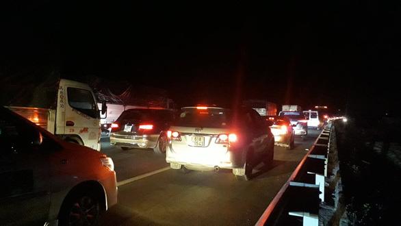 Ùn ứ trên cao tốc TP.HCM - Trung Lương vì va quẹt xe nhưng... không thương lượng được - Ảnh 3.