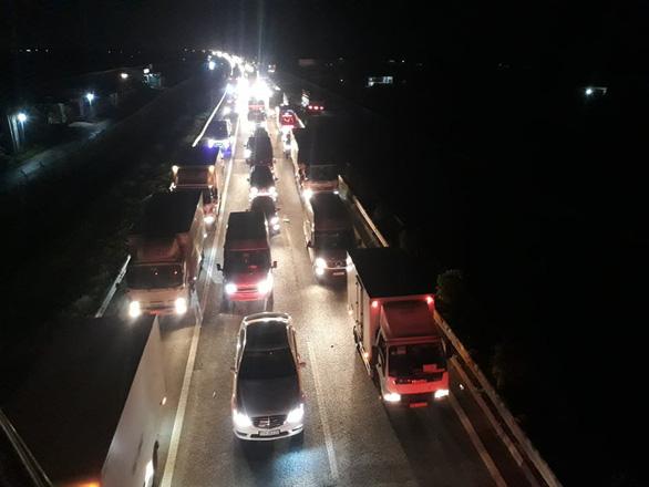 Ùn ứ trên cao tốc TP.HCM - Trung Lương vì va quẹt xe nhưng... không thương lượng được - Ảnh 1.
