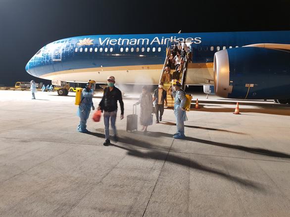 297 người Việt từ UAE về Cần Thơ được đưa đi cách ly - Ảnh 1.