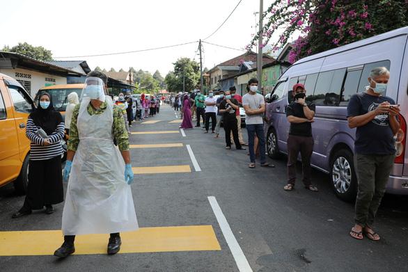 Nửa triệu người Malaysia ký tên đòi phong tỏa tiếp - Ảnh 2.