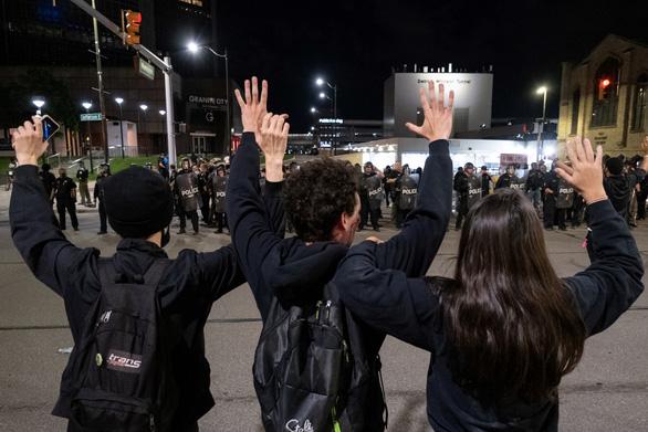 Biểu tình Tôi không thở được lan khắp nước Mỹ, cảnh sát bị bắn chết - Ảnh 2.