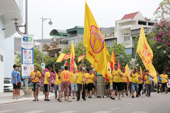 Sân Cẩm Phả: kiểm tra gắt gao CĐV Nam Định, đề phòng pháo sáng - Ảnh 1.