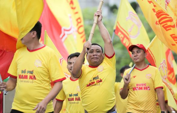 Sân Cẩm Phả: kiểm tra gắt gao CĐV Nam Định, đề phòng pháo sáng - Ảnh 2.