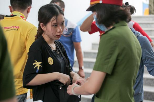 Sân Cẩm Phả: kiểm tra gắt gao CĐV Nam Định, đề phòng pháo sáng - Ảnh 5.