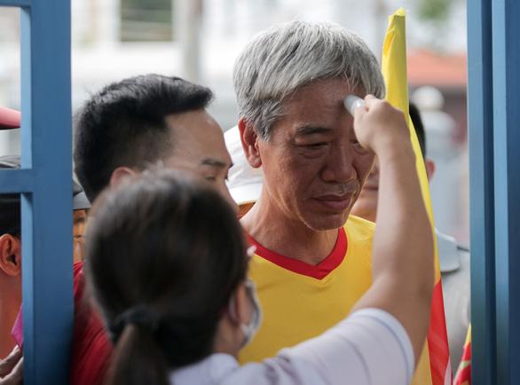 Sân Cẩm Phả: kiểm tra gắt gao CĐV Nam Định, đề phòng pháo sáng - Ảnh 6.