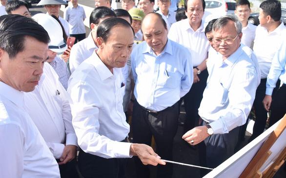 Thủ tướng Nguyễn Xuân Phúc: Kết nối hạ tầng giao thông để đón cơ hội đầu tư hậu COVID-19 - Ảnh 1.