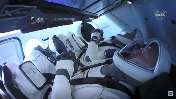 Tàu con thoi Crew Dragon kết nối vào Trạm không gian quốc tế - Ảnh 1.