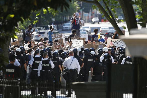 Trung Quốc mượn biểu tình Mỹ đá xoáy tình hình Hong Kong - Ảnh 1.