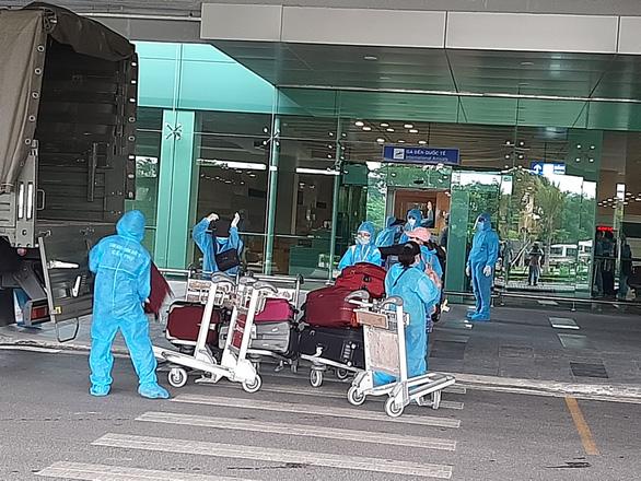 344 công dân Việt Nam từ Singapore đã về sân bay Cần Thơ - Ảnh 1.