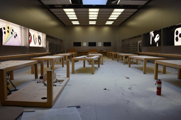 Các cửa hàng Apple, ngân hàng, trung tâm thương mại bị 'hôi của', đập phá trong biểu tình - Ảnh 1.