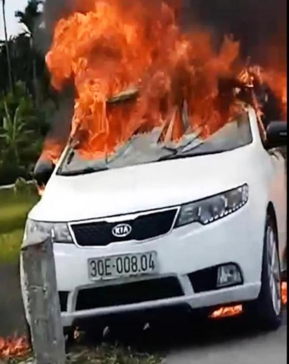 Ôtô đang chạy thì bốc cháy ngùn ngụt, nghi bị rơm cuốn dưới gầm - Ảnh 1.