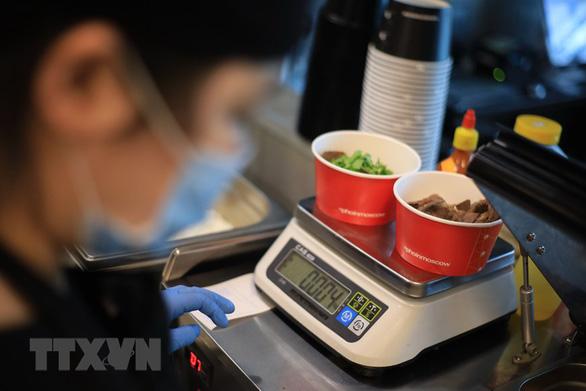 Dù khó khăn, tiệm phở Việt ở Nga vẫn làm cơm trưa cho y bác sĩ chống dịch - Ảnh 2.