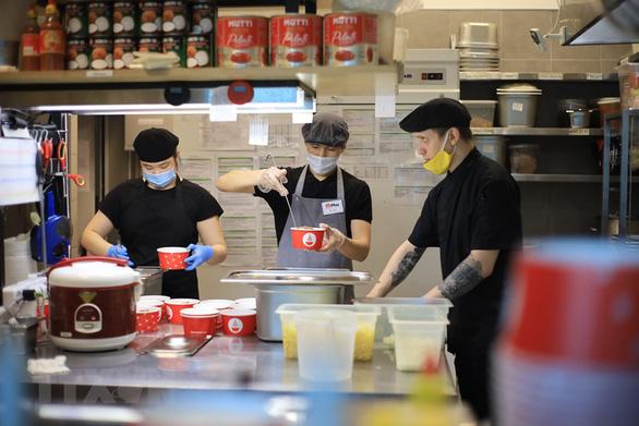 Dù khó khăn, tiệm phở Việt ở Nga vẫn làm cơm trưa cho y bác sĩ chống dịch - Ảnh 4.
