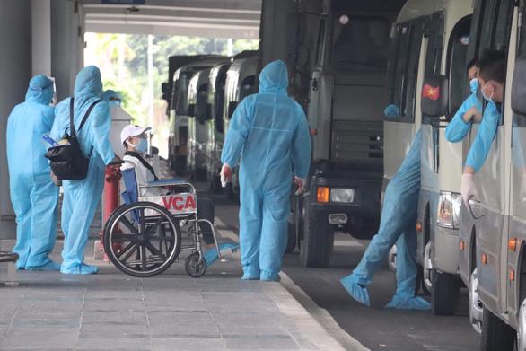 344 công dân Việt Nam từ Singapore đã về sân bay Cần Thơ - Ảnh 2.