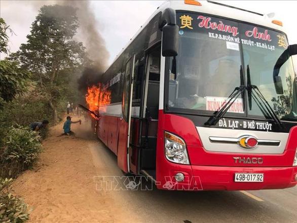 Dân tưới cà phê phụ dập lửa xe khách đang cháy dữ dội - Ảnh 1.