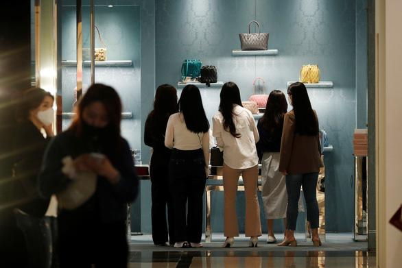 Hàn Quốc nới lỏng chống dịch, người dân đổ xô đi mua sắm - Ảnh 1.