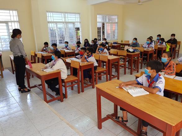 Cả ngàn học sinh Việt kiều ở Campuchia chưa thể đến trường nhập học - Ảnh 1.