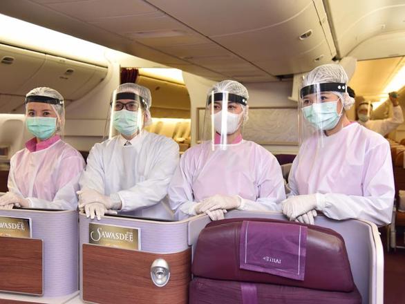 Thời dịch COVID-19, tiếp viên hàng không trông đẹp lạ - Ảnh 4.
