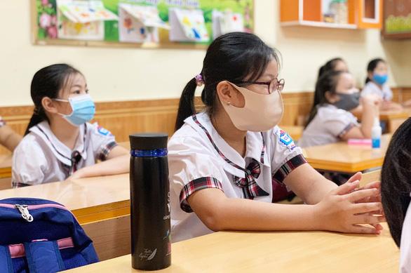 Trường bắt học sinh đeo khẩu trang khi ngủ, có đúng hướng dẫn phòng COVID-19? - Ảnh 1.