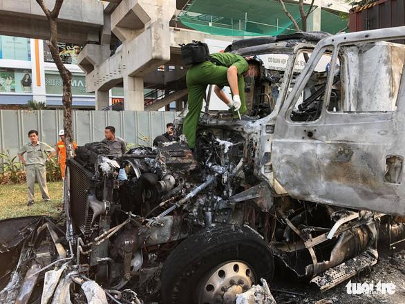 Xe container cháy rụi cabin trên xa lộ Hà Nội - Ảnh 2.