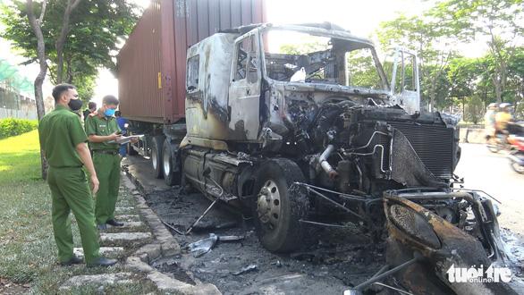 Xe container cháy rụi cabin trên xa lộ Hà Nội - Ảnh 3.