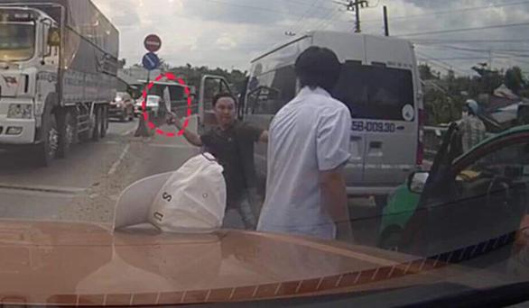 Cãi vã nhau, tài xế xe khách lấy dao chém tài xế taxi trên quốc lộ 1 - Ảnh 1.