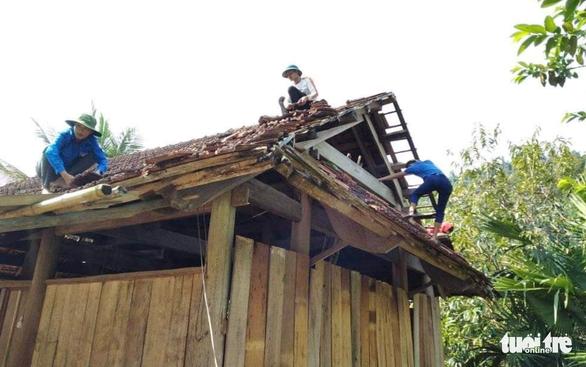 Cả trăm thanh niên lên núi giúp dân sửa nhà bị lốc xoáy đánh sập - Ảnh 5.