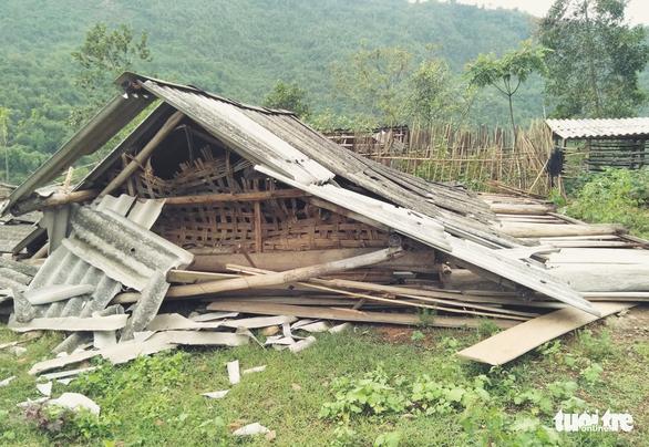 Cả trăm thanh niên lên núi giúp dân sửa nhà bị lốc xoáy đánh sập - Ảnh 2.