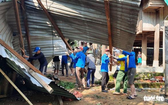Cả trăm thanh niên lên núi giúp dân sửa nhà bị lốc xoáy đánh sập - Ảnh 4.