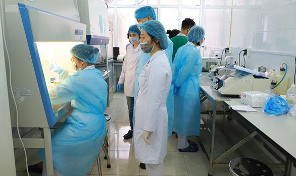 Loạn giá mua máy xét nghiệm COVID-19: Thiếu vai trò giám sát của ngành y tế? - Ảnh 1.