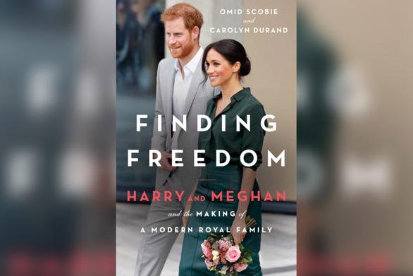 Dân Anh phản ứng dữ dội cuốn sách 'Đi tìm tự do' của vợ chồng hoàng tử Harry - Ảnh 1.